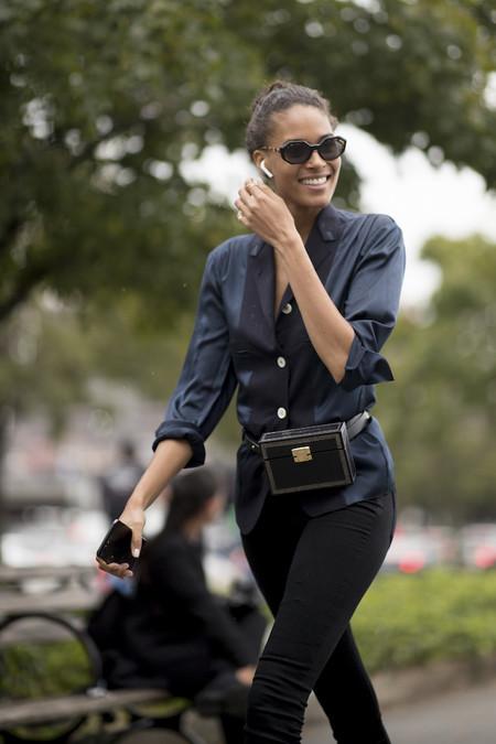 Chica caminando mientras habla por telefono