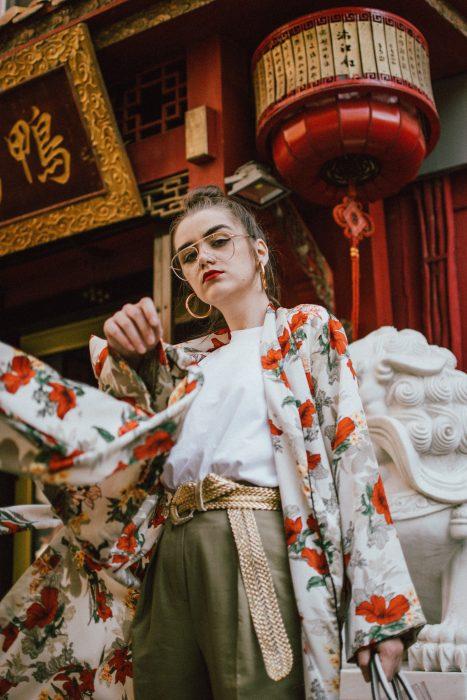 Mujer con kimono de flores