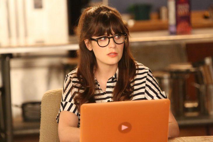 Chica en la computadora
