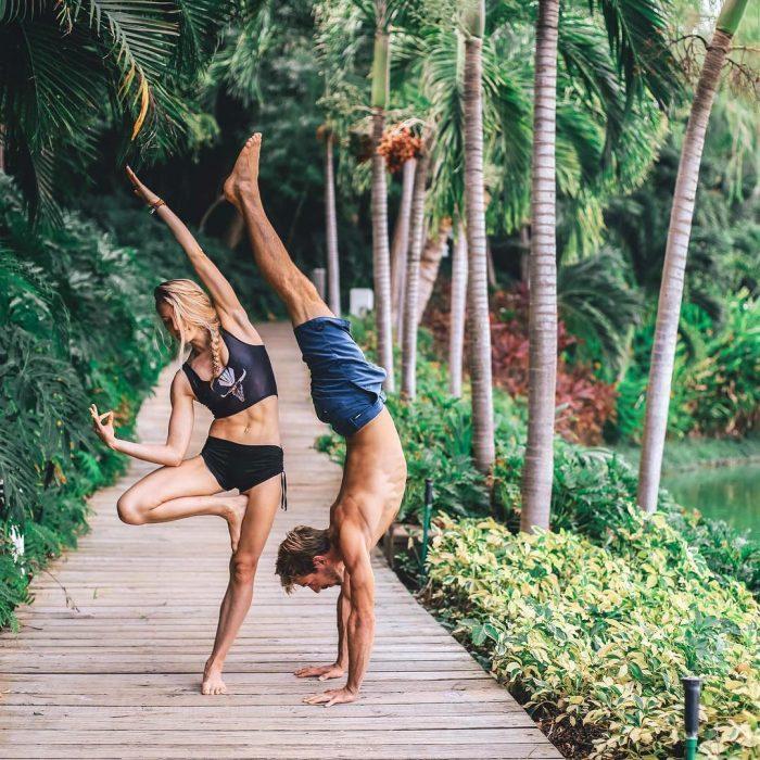 pareja de novios haciendo yoga