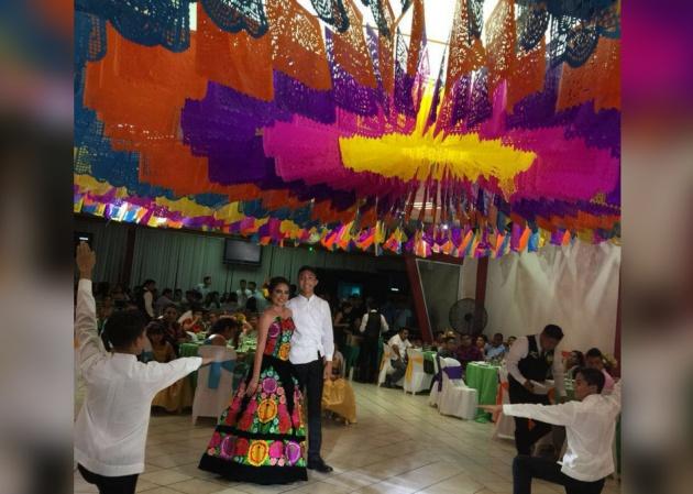 Chica bailando vals de XV años con música y vestido regional de Oaxaca, México
