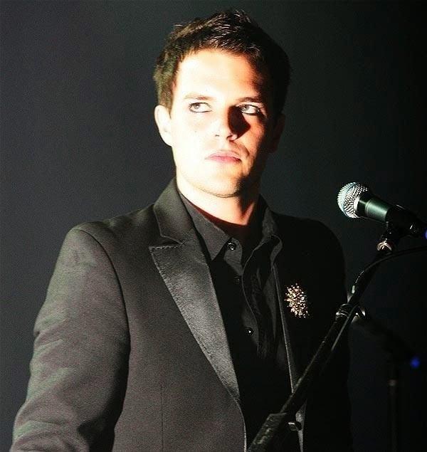 chico con traje negro