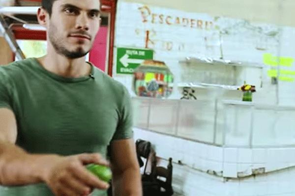 Hombre del comercial de semarnat llegando a comprar dos limones