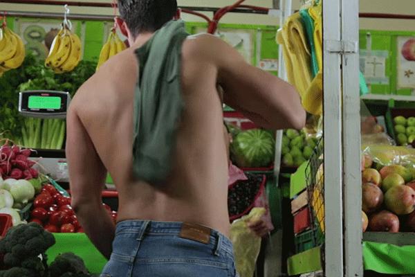 Hombre del comercial de la Semarnat sin camisa