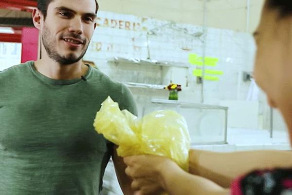 Hombre del comercial de semarnat rechazando una bolsa de plástico