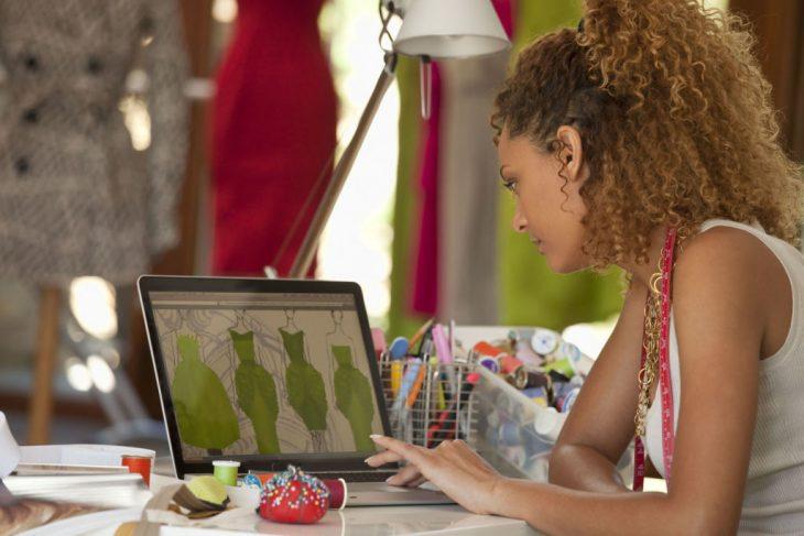 chica diseñando ropa