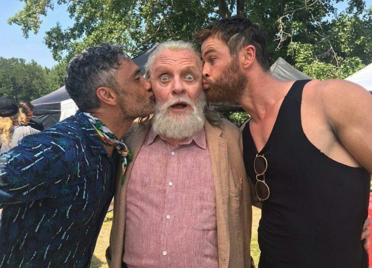 hombres besando en la mejilla a anciano con barba