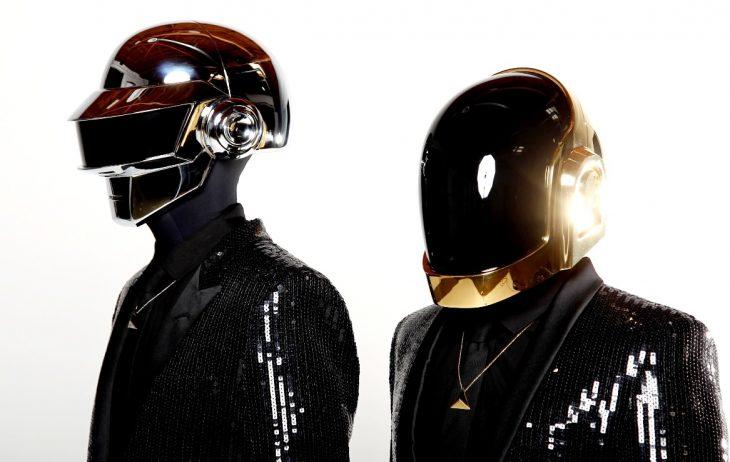 chicos usando cascos de astronautas