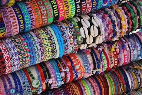 pulseras bordadas de colores