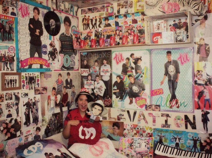 chica con posters en su cuarto