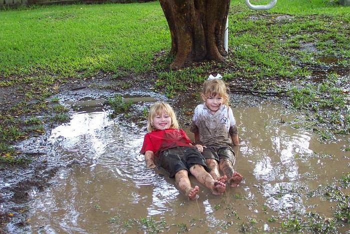 niños jugando bajo la lluvia