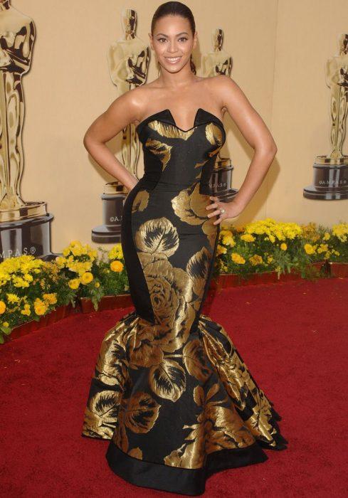 Beyonce usando un vestido de color negro con aplicaciones en dorado