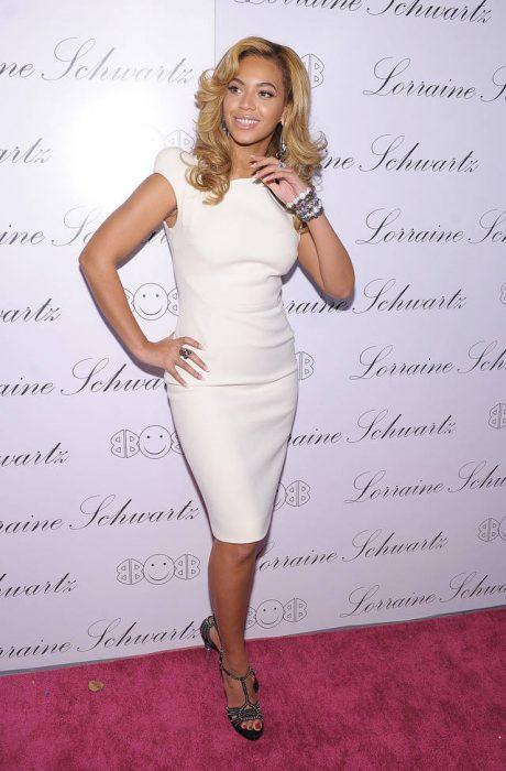 Beyonce usando un vestido de color blanco