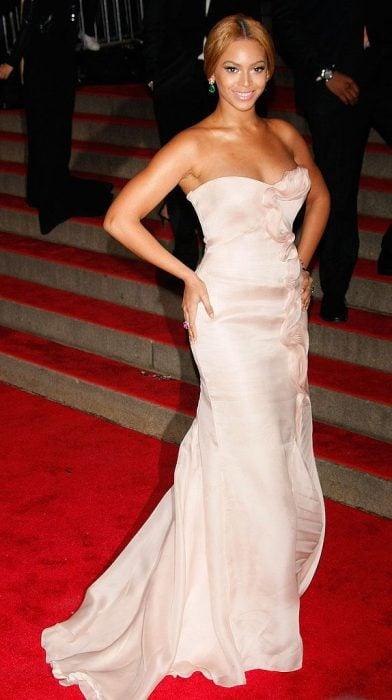 Beyonce usando un vestido corte sirena de color rosa
