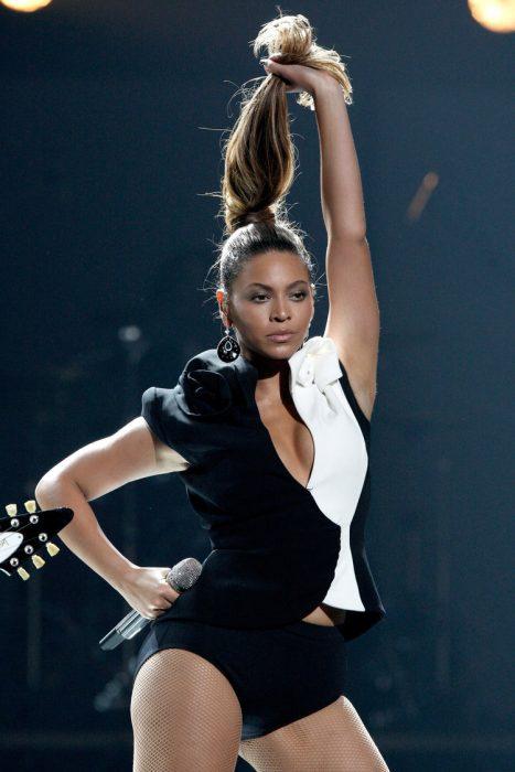 Beyonce usando un blazer de color blanco con negro