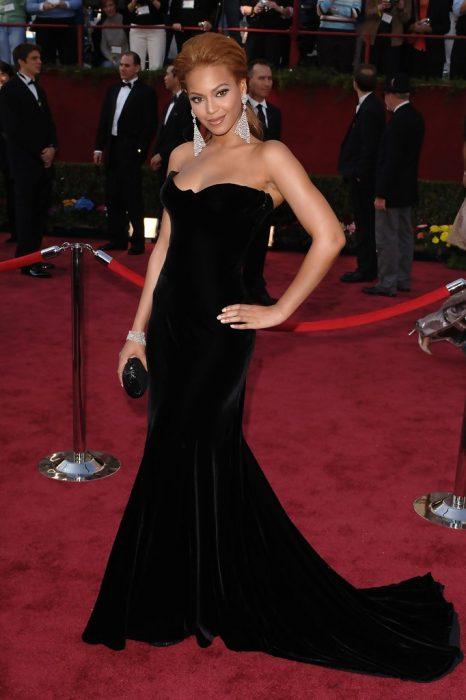 Beyoncé usando un vestido de color negro en corte A