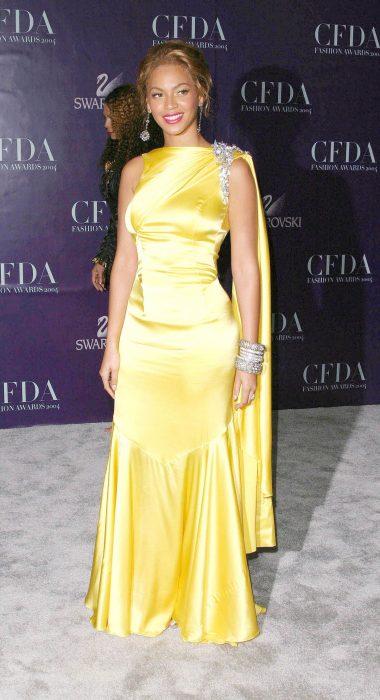 Beyonce usando un vestido de color amarillo