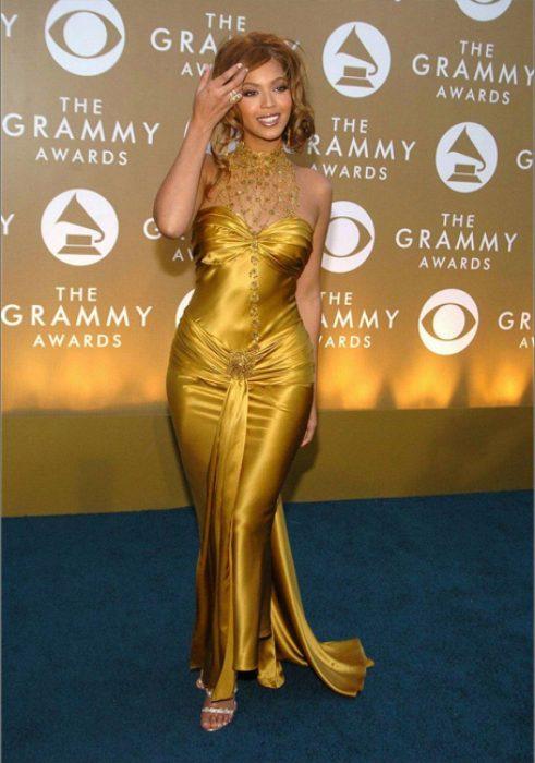 Beyonce usando un vestido de color dorado
