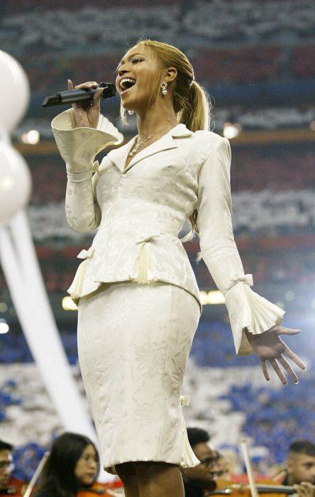 Beyonce usando un vestido blanco en el superbowl