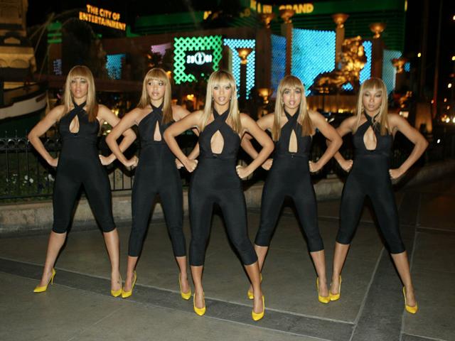 Beyonce en las vegas junto a chicas vestidas como ella