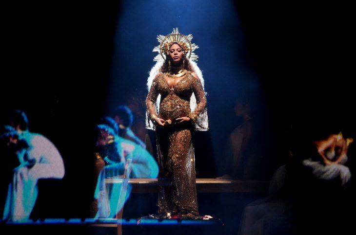 Beyonce durante los grammy anunciando su embarazo