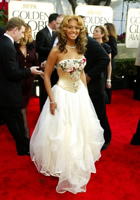 Beyonce usando un vestido blanco con flores
