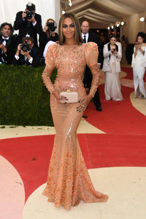 Beyoncé con un vestido de latex en los Met gala