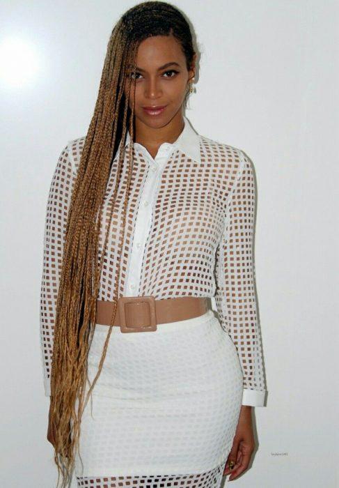 Beyonce con el cabello largo en rastas