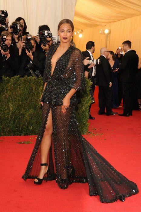 Beyonce usando un vestido negro de pedreria en los met gala 2014
