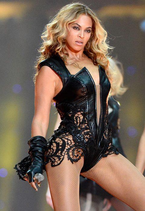Beyonce con un traje de cuero y encaje