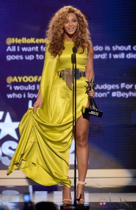 Beyonce usando un vestido amarillo en los premmios BET