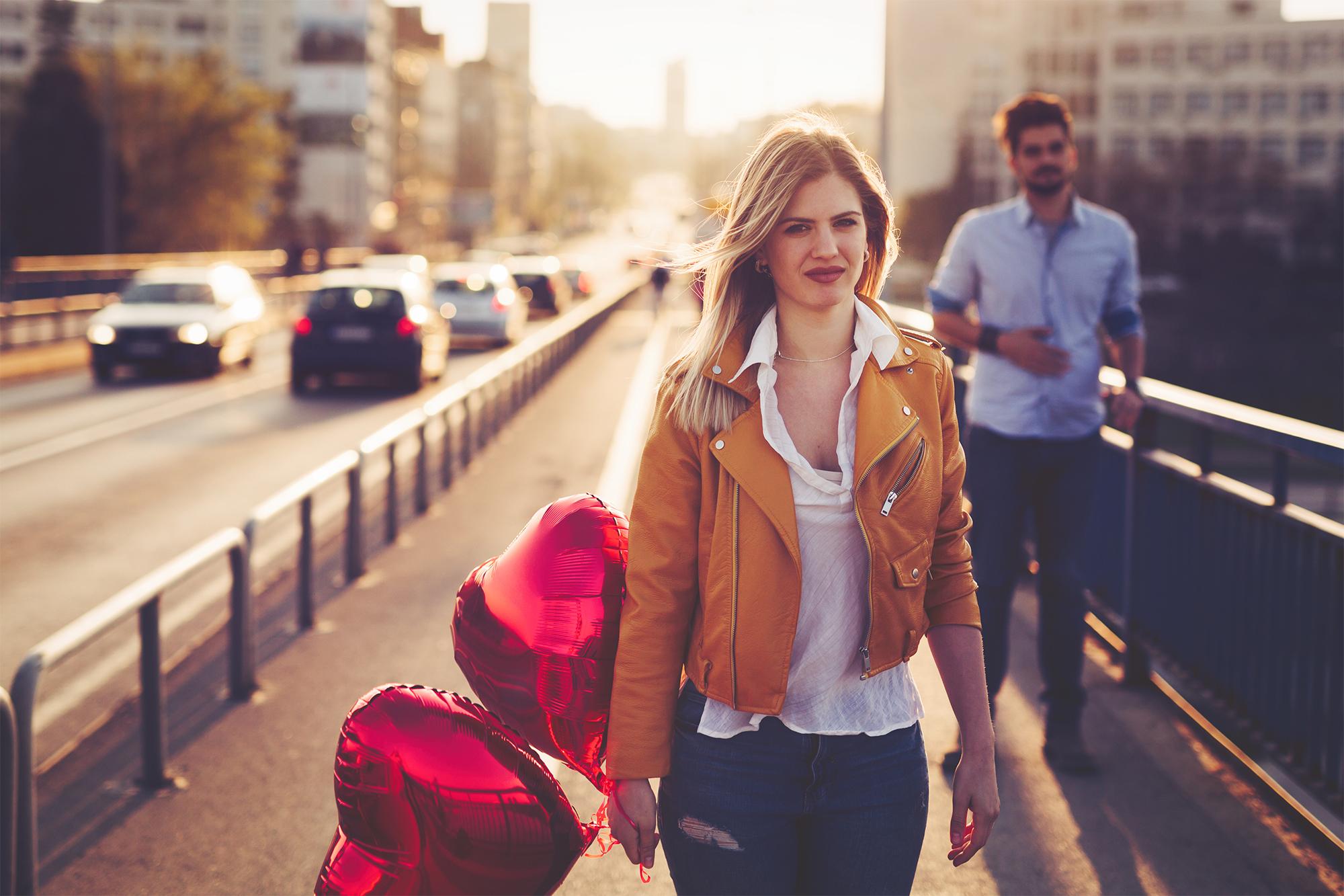 Hombre le regala globos a una mujer