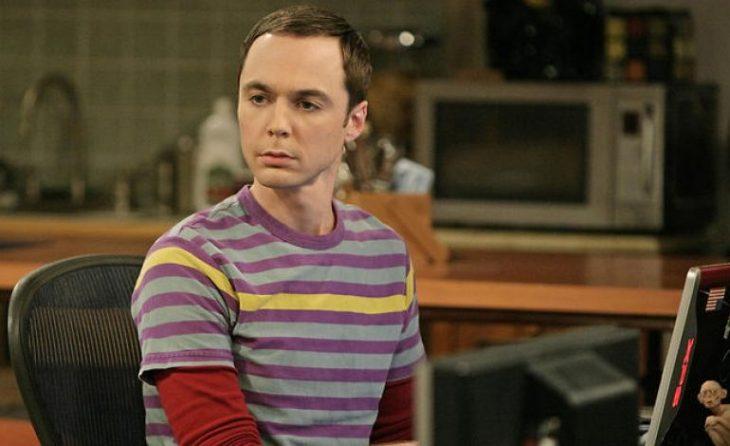 chico con camisa a rayas