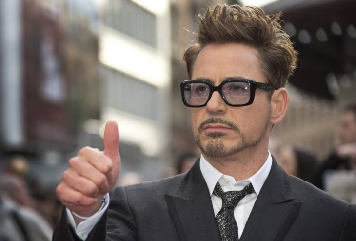hombre con gafas de visión