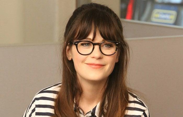 chica con gafas de aro negro