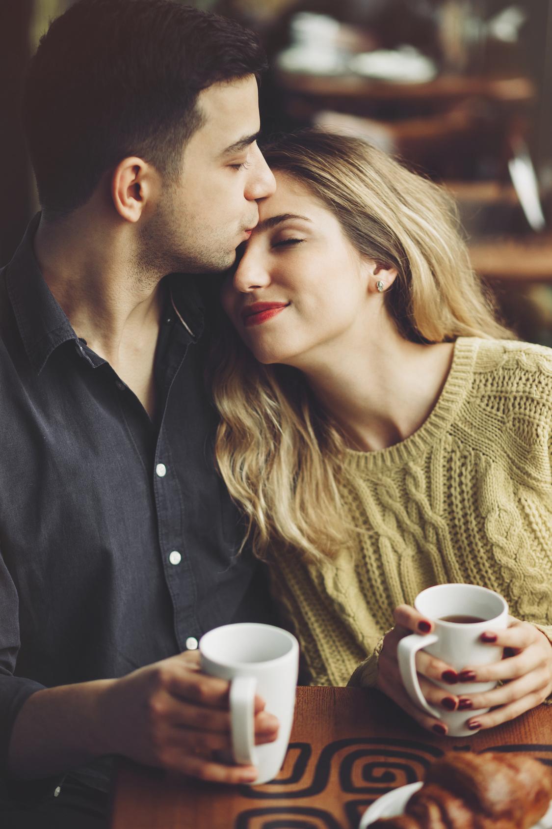 Chico besando la frente de su novia