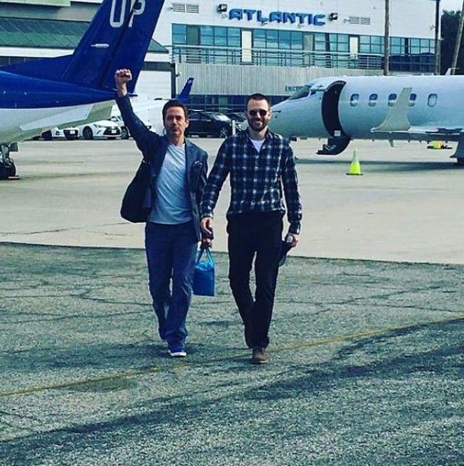 hombres bajando de avión