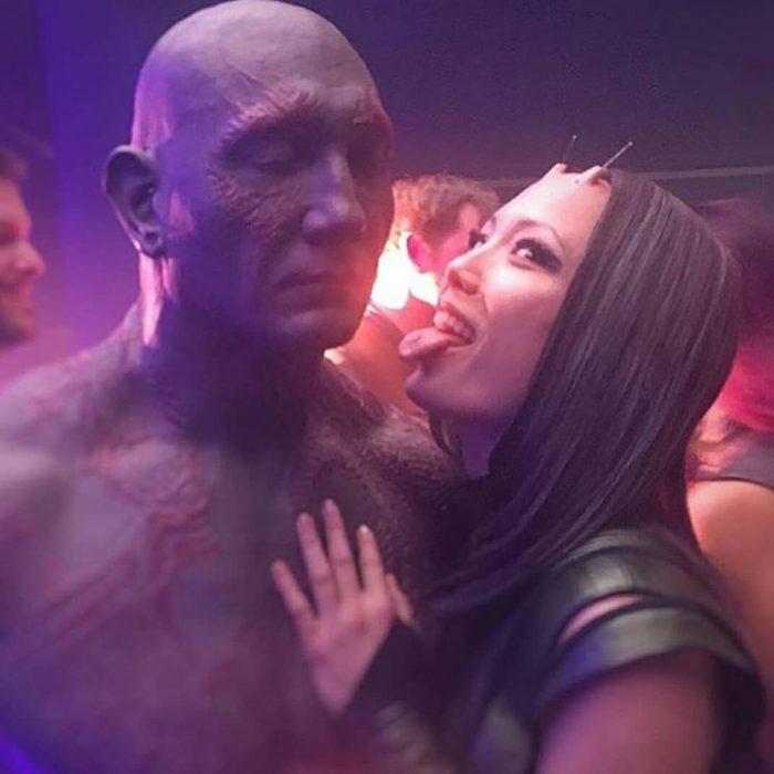 hombre con maquillaje azul y chica sacando lengua guardianes mantis