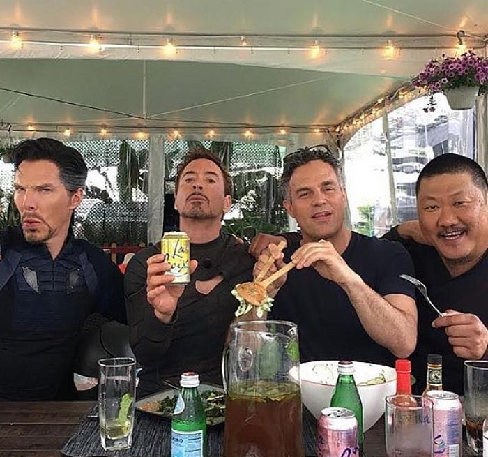 hombres comiendo siendo geniales