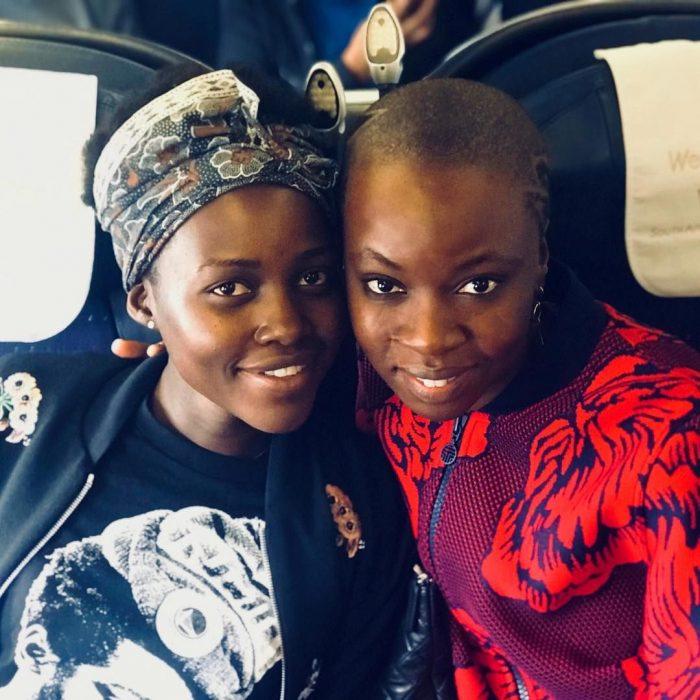 mujeres afroamericanas posado para selfie