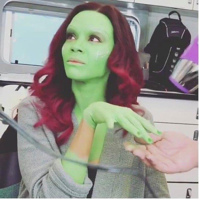 mujer con piel verde y cabello rojo
