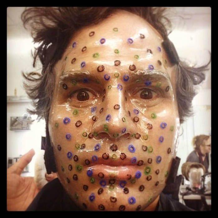 hombre con mascarilla y puntos