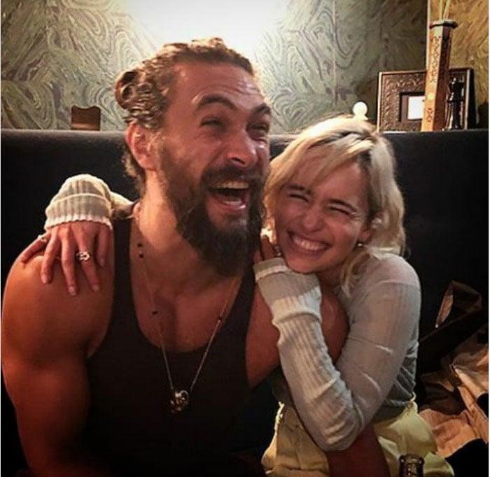 Jason Momoa y Emilia Clarke riendo