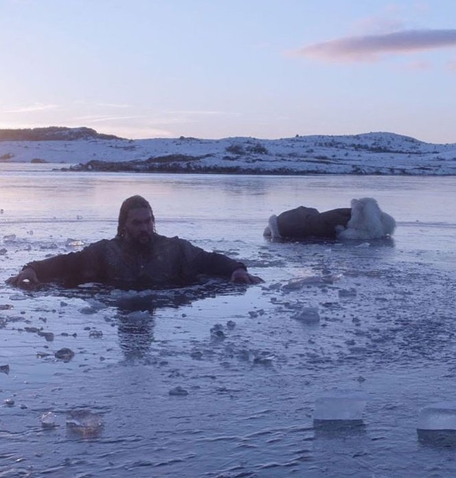 Jason momoa enmedio de un lago congelado