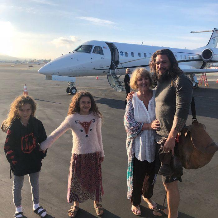Jason Momoa junto a su familia a un lado de un avión