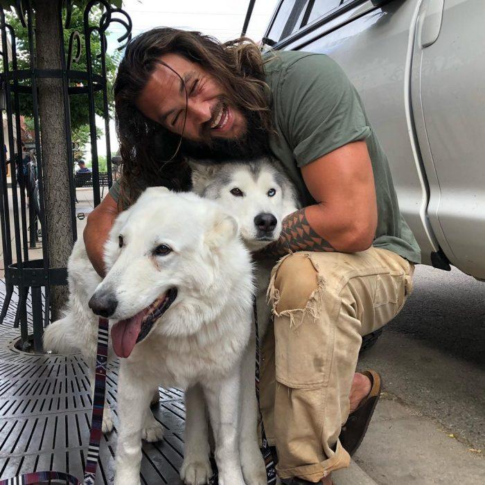 Jason Momoa abrazando a sus perros en la calle