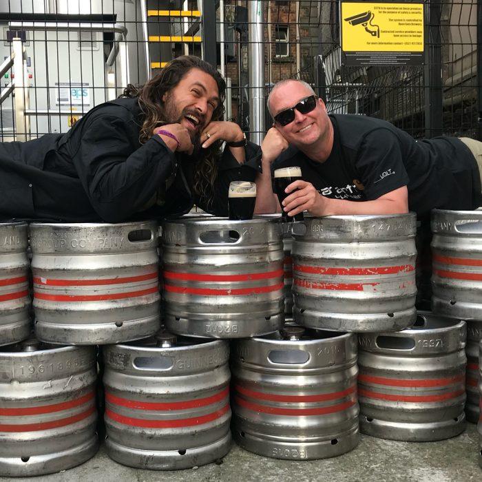 Jason Momoa recostado sobre cerveza