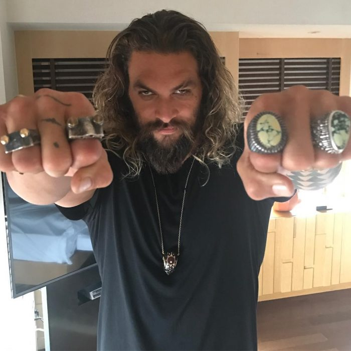 Jason Momoa mostrando sus anillos