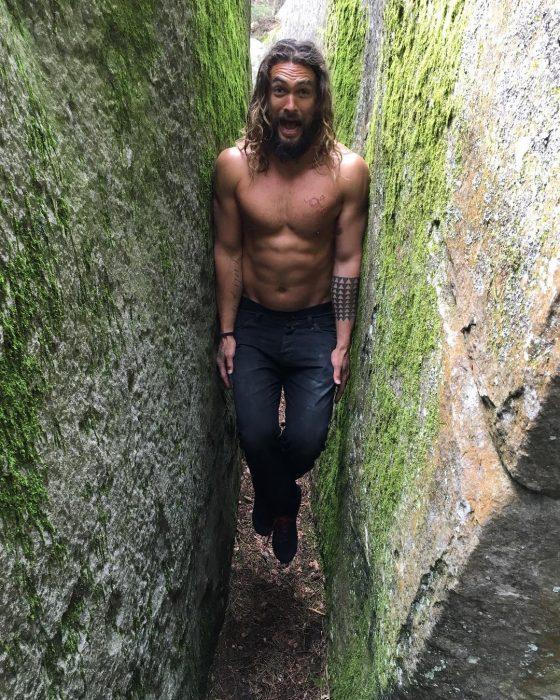 Jason Momoa atrapado entre dos piedras