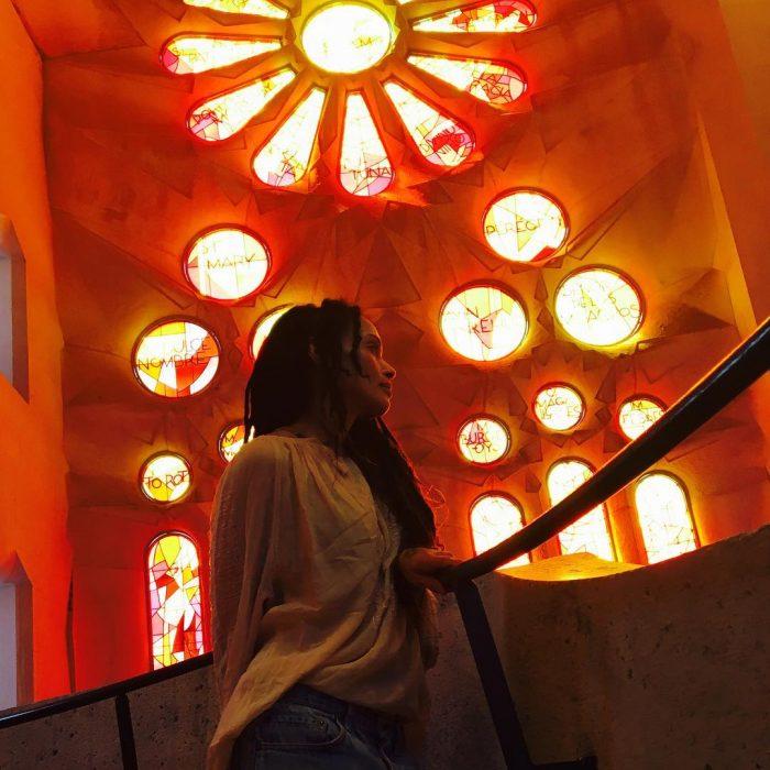 Esposa de Jason Momoa parada en una iglesia
